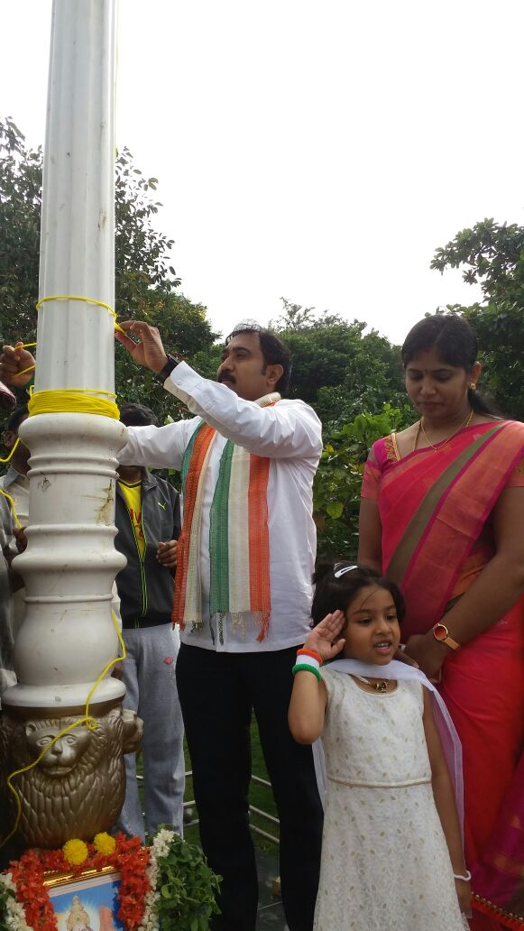 Sri Umesh Kabbal unfurling the Indian flag. Smt Lakshmi Umesh is also seen.