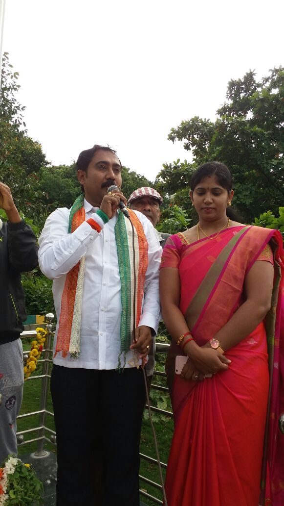 Sri Umesh Kabbal spoke to residents on the occasion of independence day. Smt. Lakshmi Umesh is also seen.